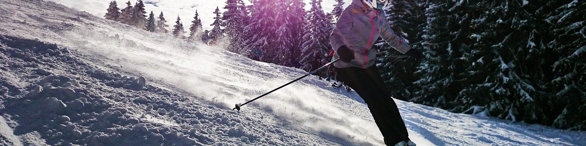 Skieur qui descend une piste de montagne