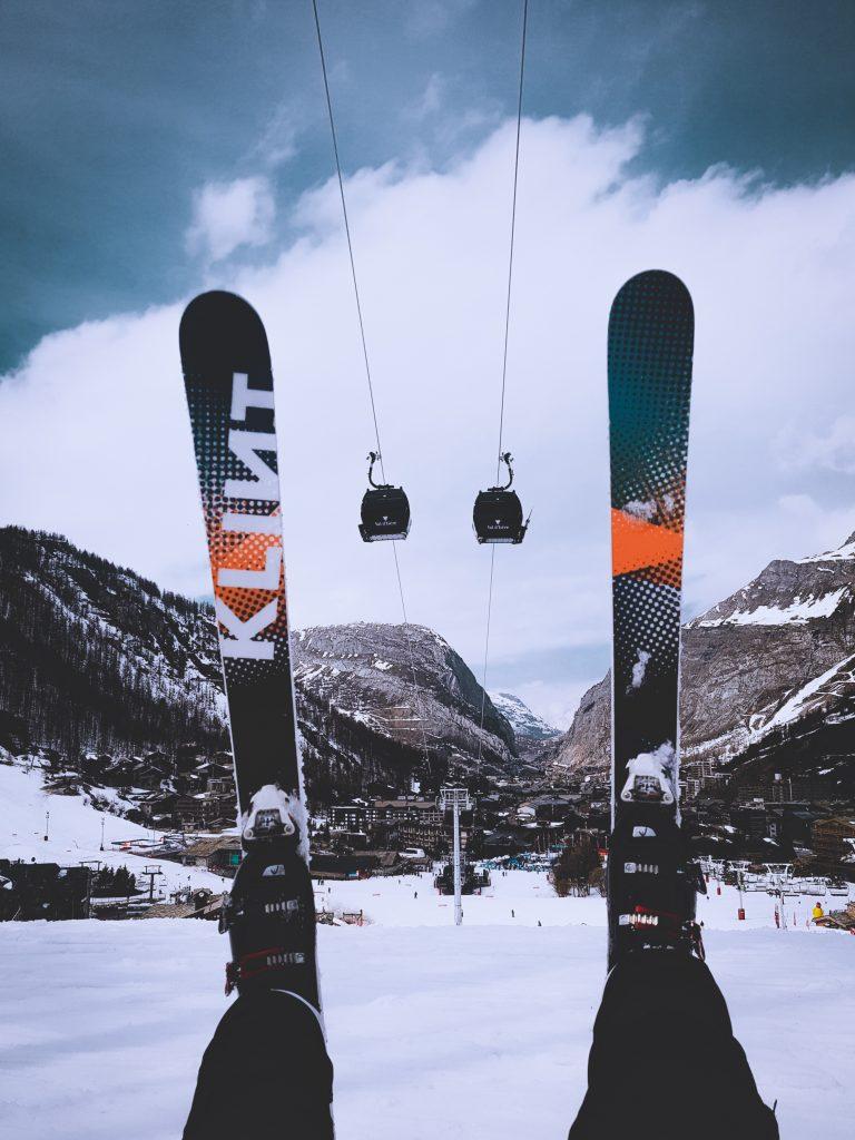 des ski dans le vide dans un télésiège