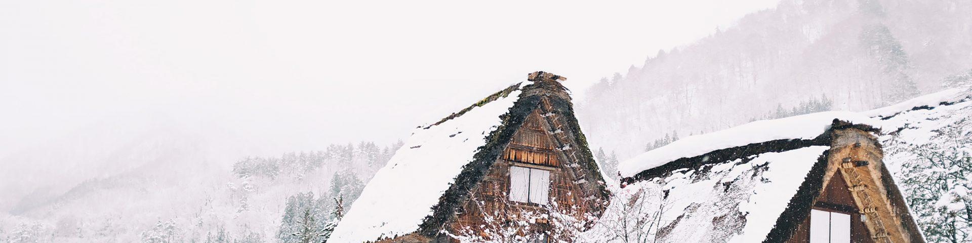 Chalets enneigés à la montagne dans une station de ski
