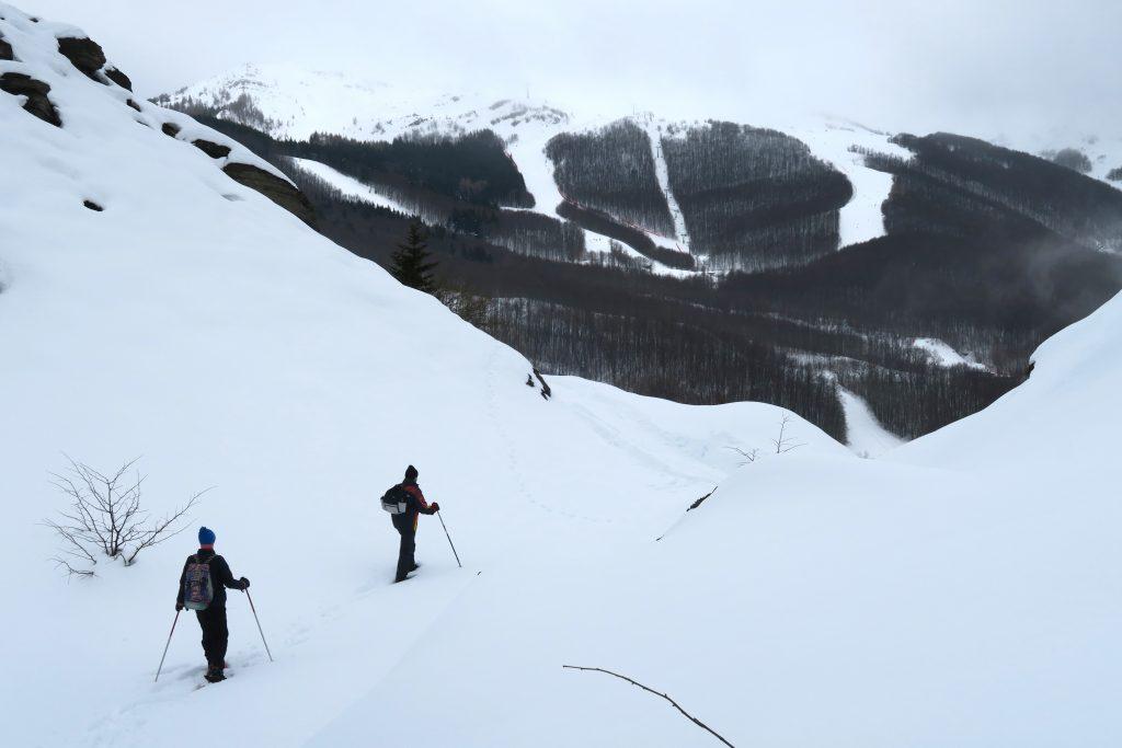 Vacanciers en train de faire une randonnée en raquettes dans la neige