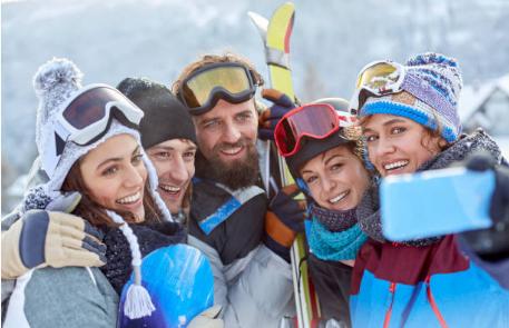groupe d'amis qui prend un selfie au ski
