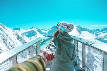 Femme devant montagne