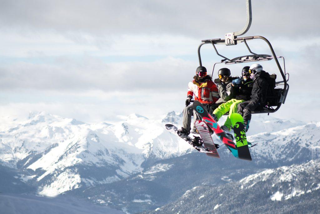 famille sur un telesiege a la montagne