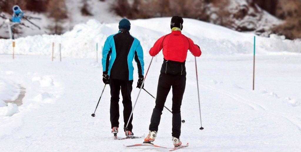 deux personnes faisant du ski de fond