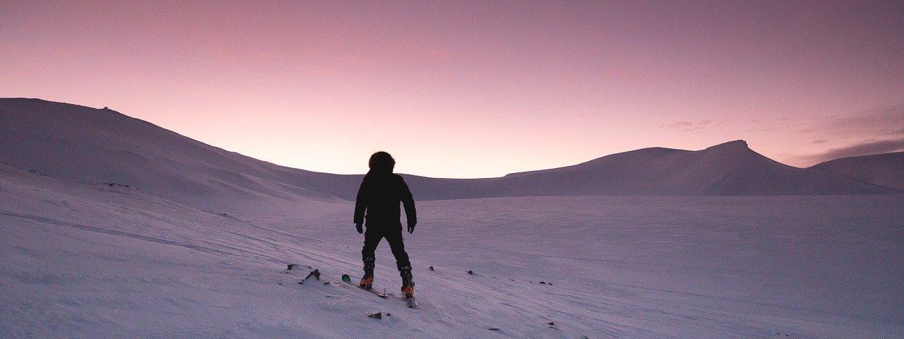 photos de neige avec personne sur fond de soleil couchant